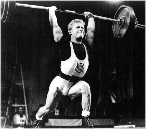 Isaak Berger (États-Unis), champion du Monde Poids Plumes 1958, battant le record du monde de l'épaulé et jeté à deux bras avec 147 k 500