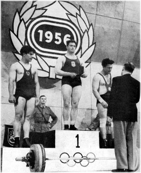 Jean Debuf (France), champion d'Europe 1956 des Lourds-Légers entouré d'Osipa (U.R.S.S.), 2e et Veselinov (Bulgarie), 3e.