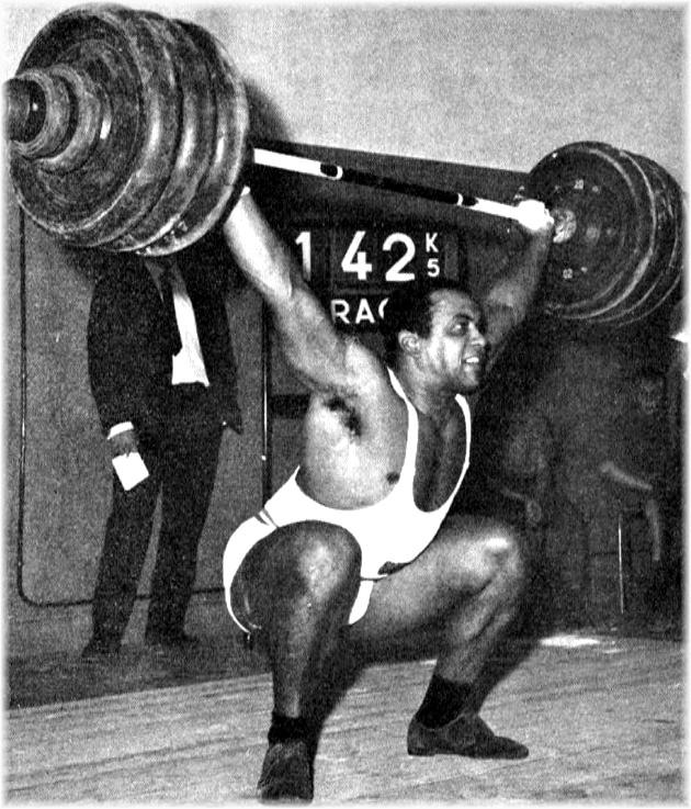 Jean-Paul Fouletier continue sa lutte contre les records. Le voici battant celui de l'arraché à deux bras qu'il détenait avec 140 k 500 et qu'il a porté successivement à 142 k 500, puis 145 k. (Photo : Robert MENU)