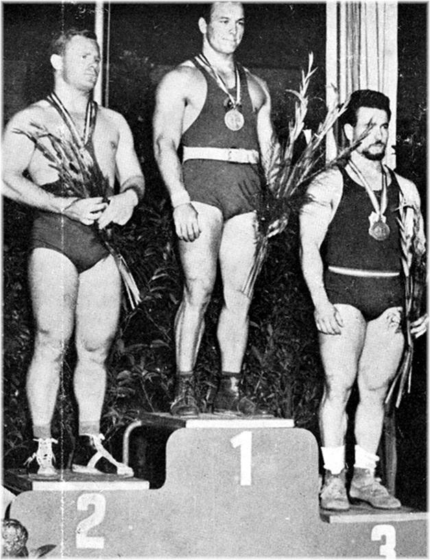 Au Championnat du Monde 1961 à Vienne, les trois vainqueurs de la catégorie Poids Moyens : 1er Kurynov (U.R.S.S.) ; 2me Verès (Hongrie) ; 3me Paterni (France).