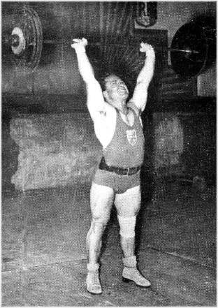 Marcel Paterni, dans son effort victorieux pour battre le record du Monde du Développé à deux bras poids mi-lourds