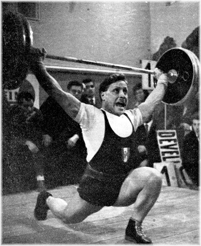 Un très bel arraché en fente de Rolf Maier avec 122 k 500, à 500 grammes du record de France.